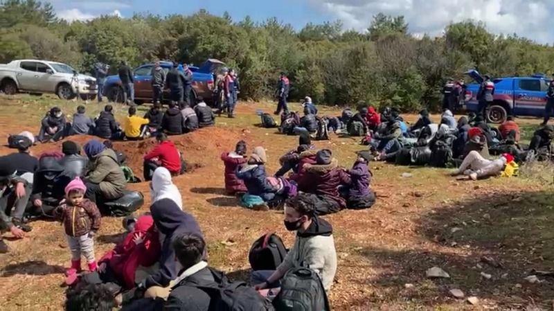 Koyda mahsur kalan göçmenler kurtarıldı