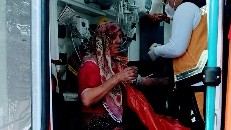 İzmir'deki yangında bir kadın ve torunu kapı kırılarak kurtarıldı