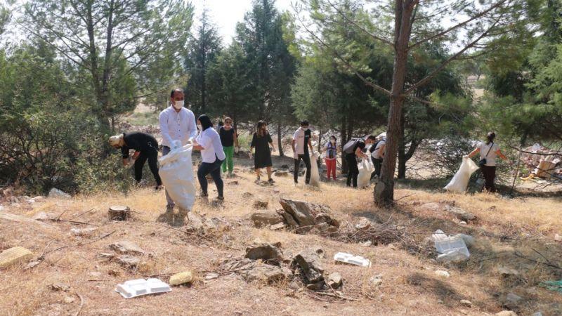 Ormandaki çöpleri gönüllüler topladı