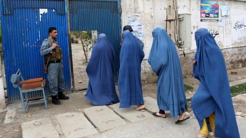 Afgan işçi kadınlar eve kapatıldı