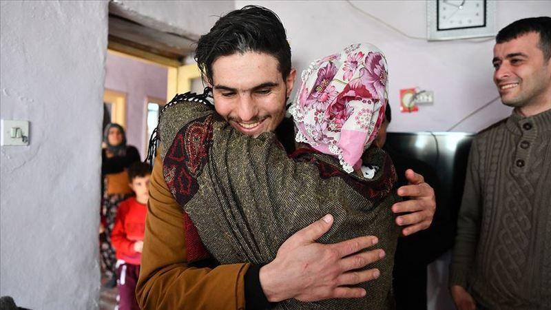 Suriyeli Mahmud elleri ile kazıyarak enkazdan kurtardığı depremzede ile buluştu