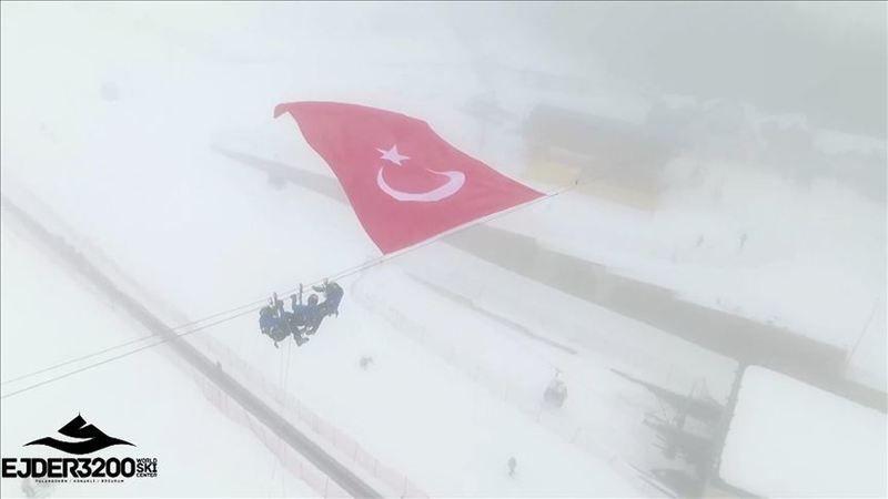 Palandöken'de Türk bayrağı
