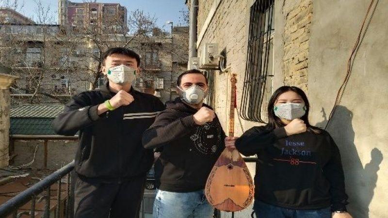Çinli öğrencileriyle birlikte korona virüsüne beste yaptı