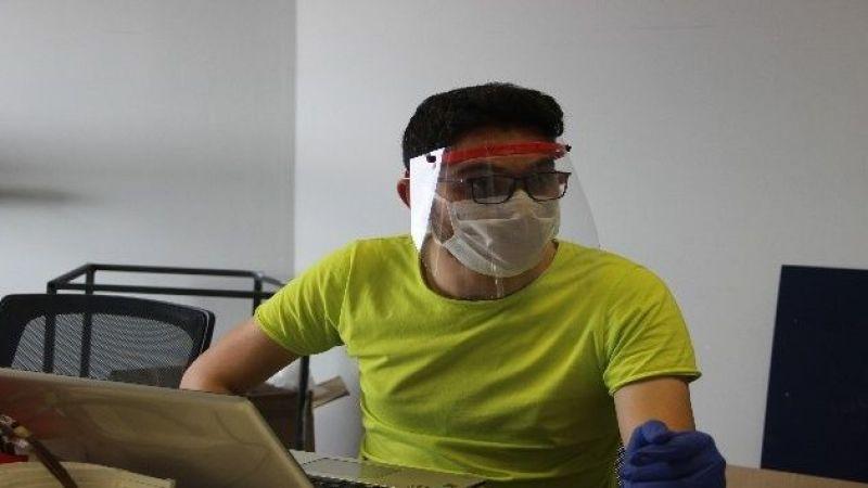 Evde başladıkları siperli maske üretimini üniversite bünyesinde sürdürüyorlar