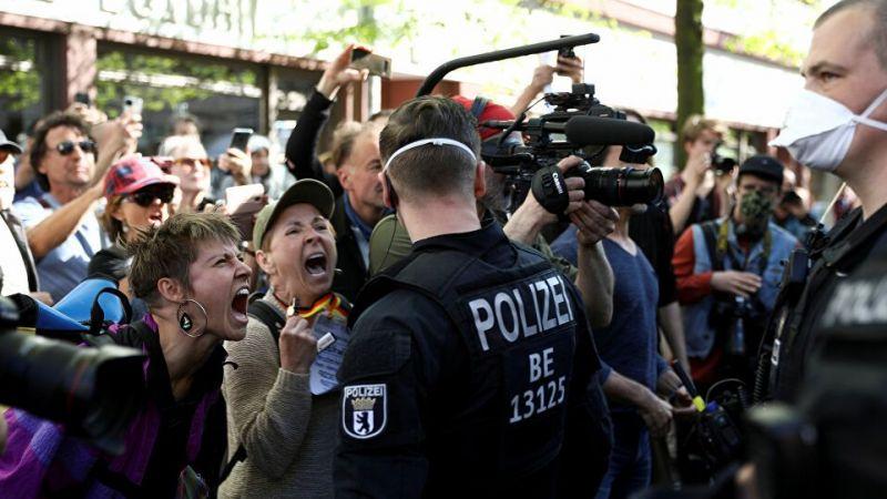 Almanya'da koronavirüs protestosu: Yüzlerce kişi sosyal mesafeyi ihlal etti