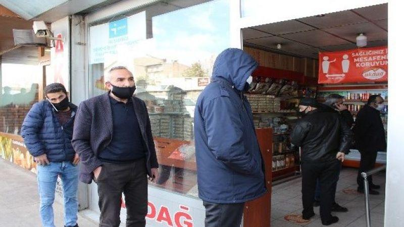 Erzurum'da marketlerin kapanmasına dakikalar kala hareketlilik yaşandı
