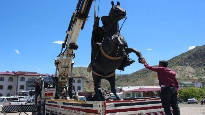 Atatürk heykeli iş makinalarıyla yeni yerine taşındı