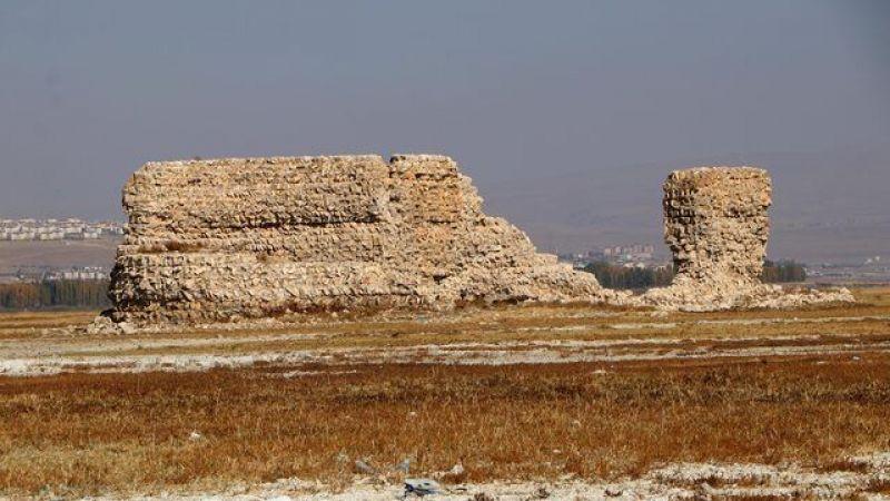 Van Gölü çekilince tarihi Erciş Kalesi ortaya çıktı..