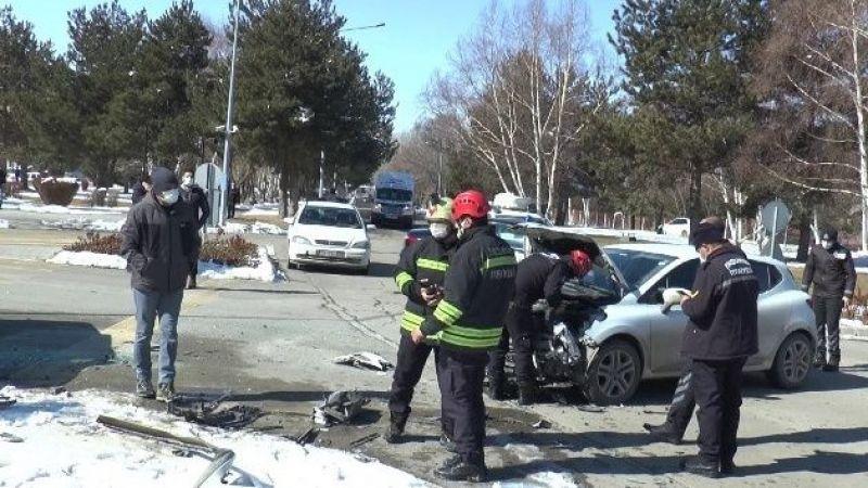 Atatürk Üniversitesi kampüsü içerisinde trafik kazası: 3 yaralı