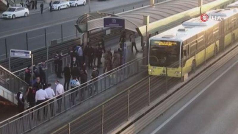 Bıçaklı saldırgan metrobüsü rehin aldı