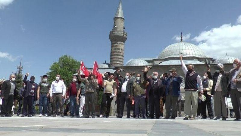Erzurum'da İsrail'e tepki için ayakkabı fırlattılar