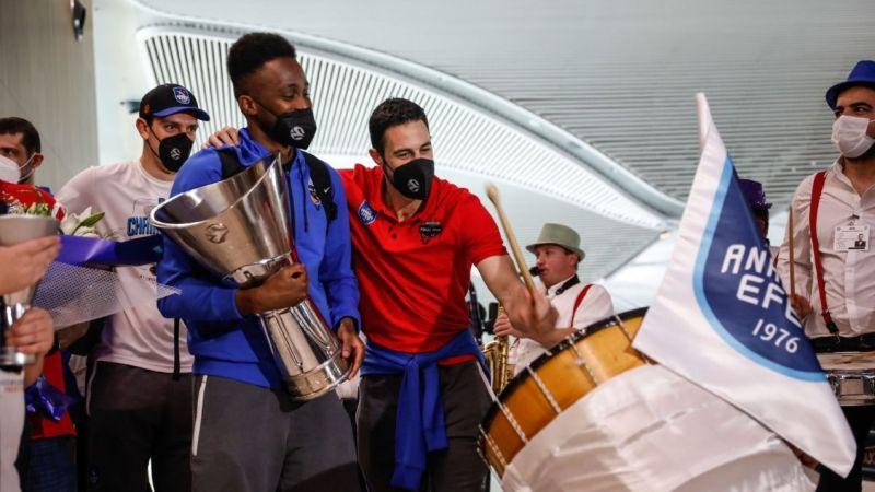 Euroleague şampiyonu Anadolu Efes, yurda döndü