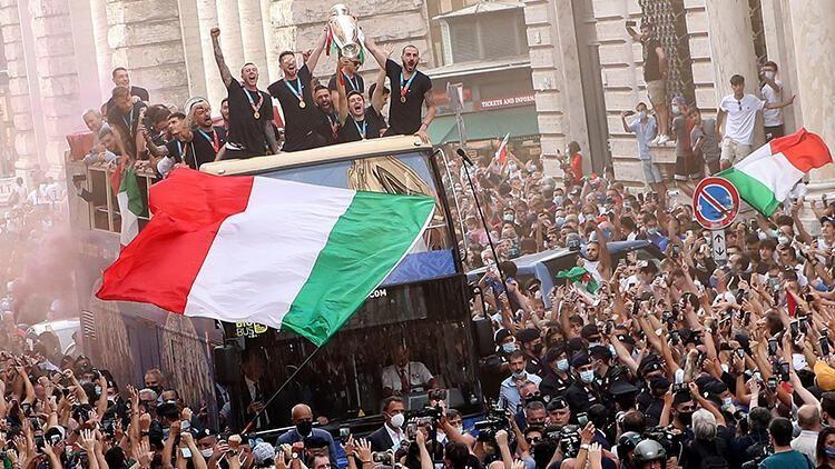 Avrupa şampiyonu İtalya Milli Takımı, Roma'da şampiyonluk turu attı
