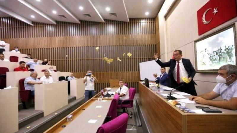 """Tanju Özcan gündemden düşmüyor! """"Cumhurbaşkanı gibi mi yapayım"""" diyerek AK Partili meclis üyelerine çay fırlattı"""