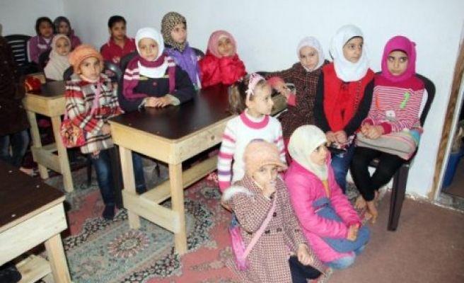 Urfa'da Suriyeliler evi okula çevirdi