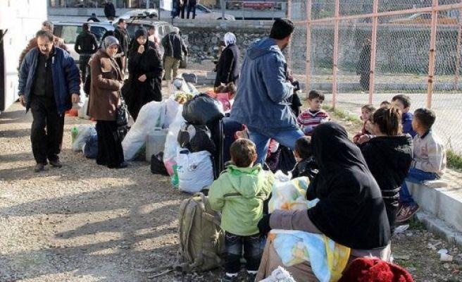 Hundreds of Syrian Turkmens enter Turkey