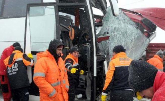 Yolcu otobüsü kazaları: 1 ölü, 140 yaralı
