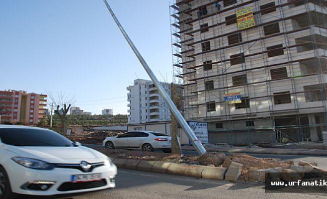Karaköprü'de Yan Yatan Elektrik Direği Tehlikeye Davetiye Çıkartıyor