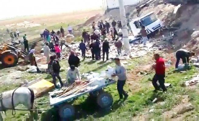 Suruç'ta devrilen TIR'daki yiyecekler yağmalandı