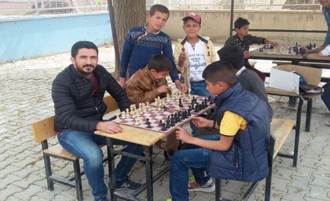 Ulucanlı öğrenciler satranç yarışmasına hazırlanıyor