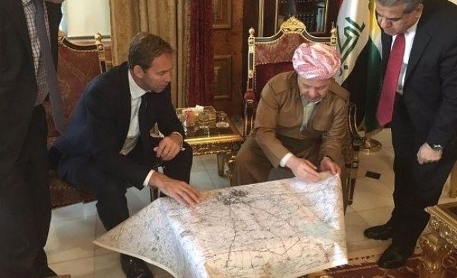 İngiliz Yetkililer ve Barzani Harita Üzerinde Çalıştı