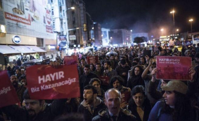 Beşiktaş ve Kadıköy'de YSK Kararı Protesto Edildi