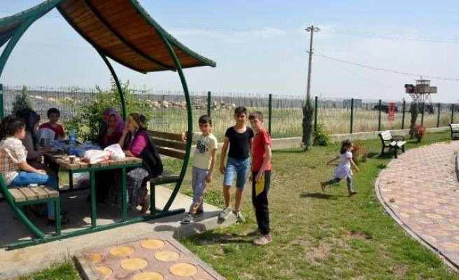 Sınırda Asker Eli Tetikte Görev Yapıyor, Çocuklar İse Parkta Oynuyor