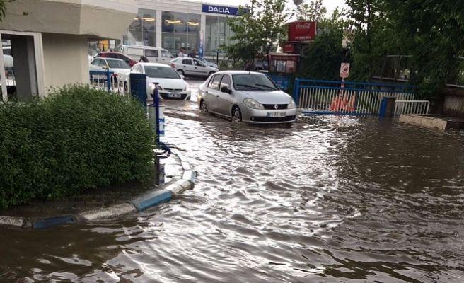 Diyarbakır'da Etkili Olan Sağanak Yağış Hayatı Olumsuz Etkiledi