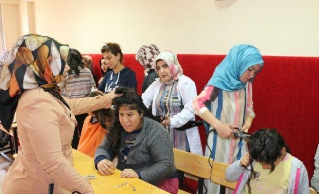 Siirtli kuaförlerden engelli öğrencilere saç bakımı