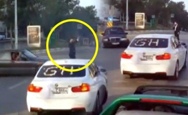 Gelin Arabasının Önünü Kesip Drift Yapan Maganda Trafiği Alt Üst Etti!