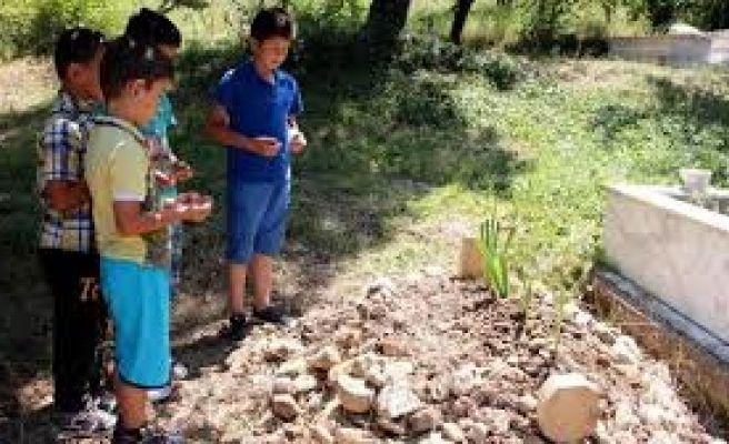 Annesinin Boğarak Öldürdüğü Minik Emir Can Mezarında Böyle Dua Ettiler