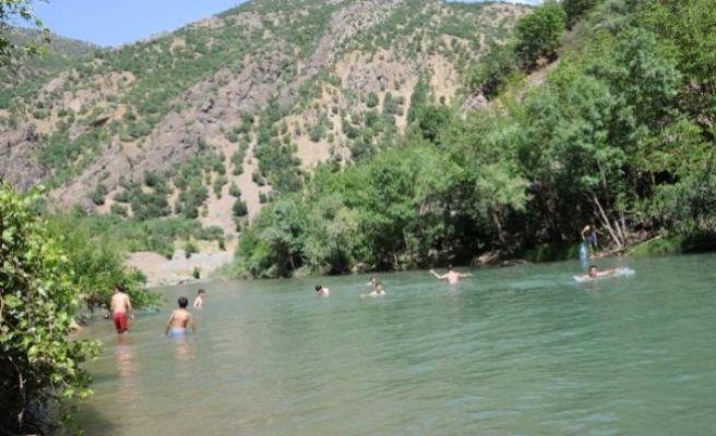 Sıcaktan Bunalanlar Havuzlara ve Akarsulara Akın Etti
