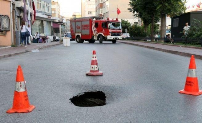 Yolun Çökmesi Sonucu Cadde Trafiğe Kapatıldı