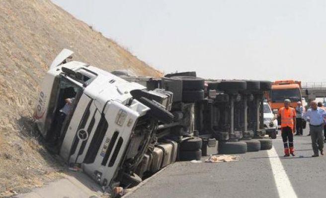 Yan Yatan TIR'ın Sürücüsü Yaralandı