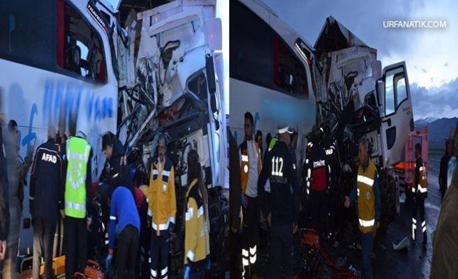 Otobüs İle Kamyon Kafa Kafaya Çarpıştı 1 ölü 40 Yaralı