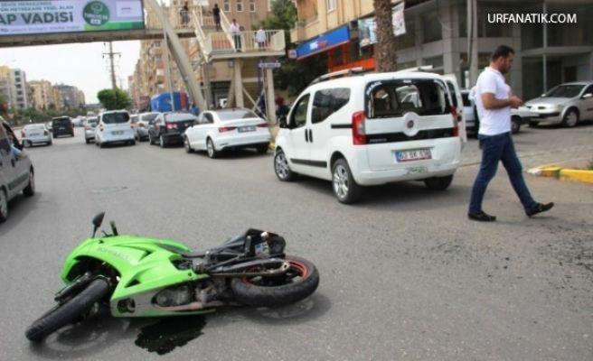 Hafif Ticari Araca Çarpan Motosikletli Yaralandı