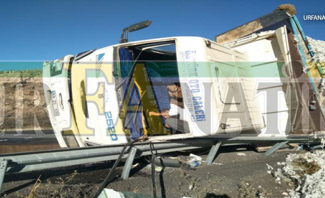 Urfa'da Pamuk Yüklü Kamyon Devrildi, 1 Yaralı