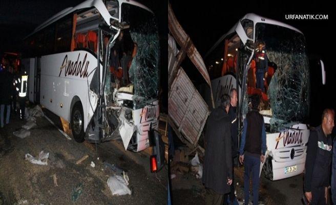 Yolcu Otobüsü TIR'a Çarptı: 2'si Ağır 20 Yaralı