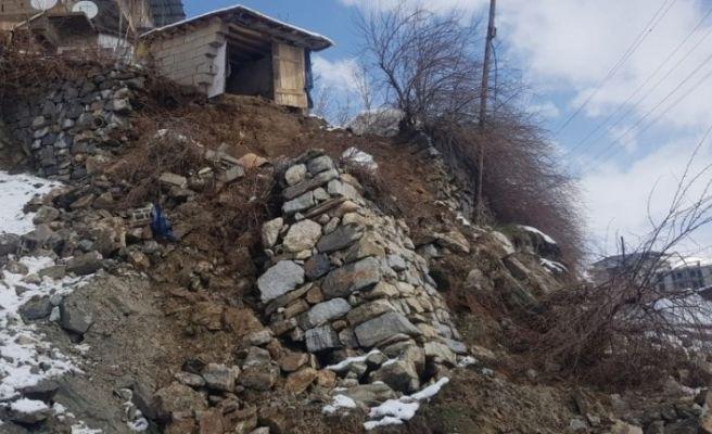Yağışlara dayanamayan istinat duvarı yıkıldı