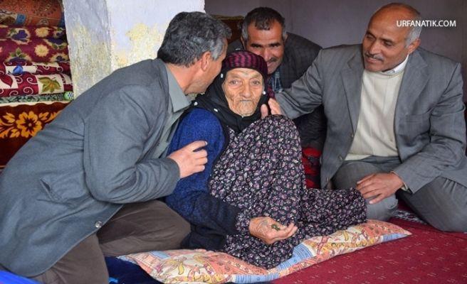 Türkiye'nin En Yaşlı Kadını Cumhurbaşkanı Erdoğa'a Dualar Ederek Oyunu Kullandı