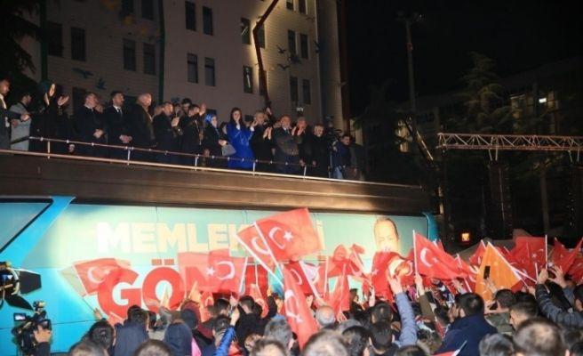 AK Parti'den meydanda kutlama