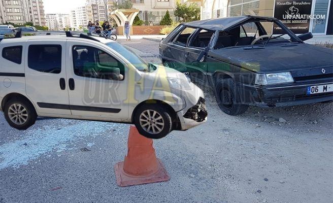 Şanlıurfa'da İki Otomobil Çarpıştı; 3 Yaralı