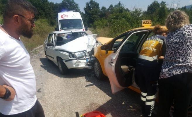 İki otomobil kafa kafaya çarpıştı: 2 yaralı