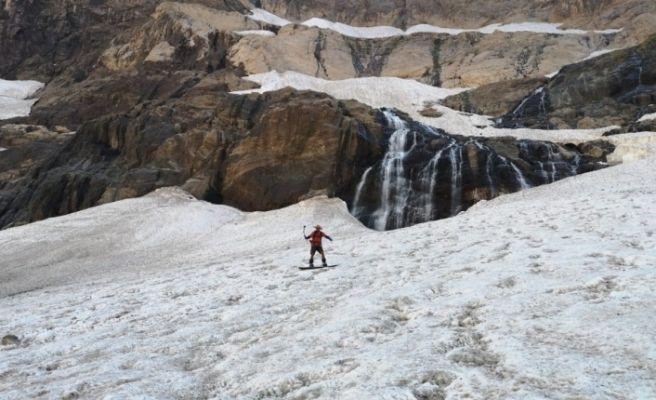 Cilo Dağı'ndaki buzullarda snowboard gösterisi