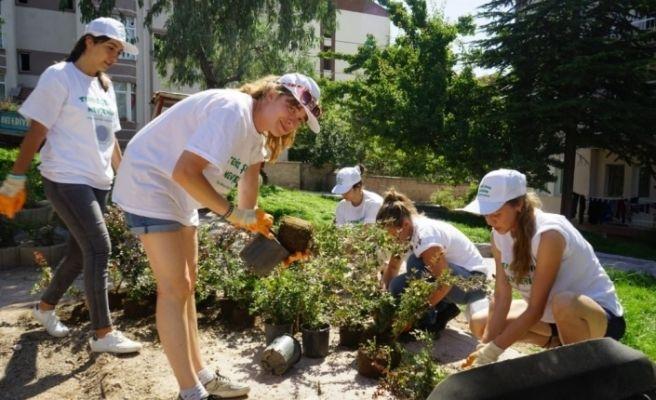 Yabancı gençler Nevşehir'de park yapımında çalıştı