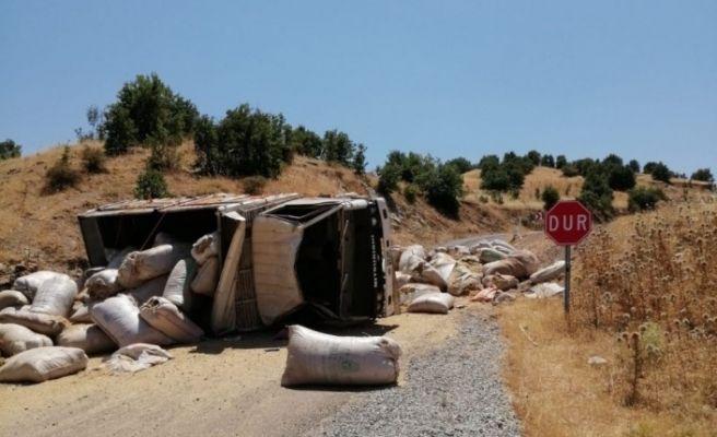 Saman yüklü kamyon devrildi: 2 Yaralı