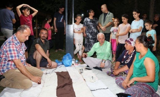 Başkan Gültak, parkta vatandaşlarla çay içti