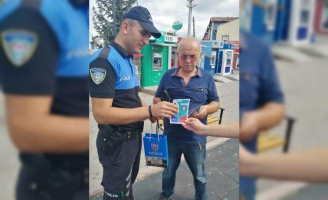 Polis ekipleri, sahte paraya karşı broşür dağıttı