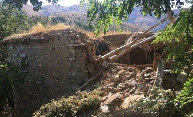 Evleri yıkılan aile yetkililerden yardım bekliyor