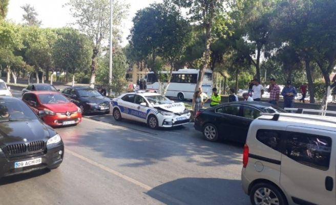 Polis ortada kaldı, 5 araba birbirine girdi